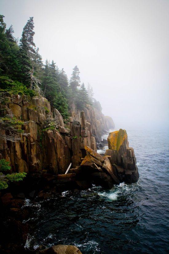Nueva Escocia - Nueva Escocia es una de las diez provincias de Canadá, parte de las Provincias Marítimas. Está formada por una península larga y estrecha, la homónima península de Nueva Escocia, y la isla de Cabo Bretón en la extremidad norte