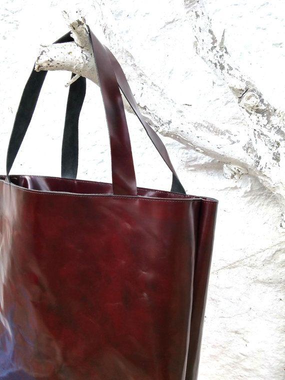 Deze tas is ideaal voor alles erg moeilijk is. Schoolboeken, gold bars, winkelen in de markt...  Gladde, iets stijver leer met een donker bruin-rood. De grepen zijn comfortabele 3 cm breed en prachtig touch.  De zak heeft niet binnen zakken.   Indoor en outdoor heel gemakkelijk met een normale doek schoon te maken.  Afmetingen CA. 42 cm hoog, 35 cm, diepte 12 cm   Onmiddellijk weekdagen