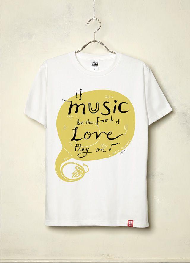 """『If music be the food of love/Nozomi Inoue』(White) イギリスのキングストン大学でイラストを学び、2009アメリアズマガジンTwo of Heart展入選を始め、様々なジャンルで活躍する、ロンドン在住日本人女性イラストレーター/絵本画家「Nozomi Inoue」作品。  今作品は「音楽」をテーマに制作! 「作品のインスピレーションは、シェイクスピアの『十二夜』の幕開けの最初の台詞、If music be the food of love, play on (音楽が恋の糧であるなら、演奏を続けてくれ)です。 なぜか""""音楽""""というテーマを聞いたときから、この台詞が頭から離れなかったので、その台詞をデザインにおり込んでみました。」とのこと。"""