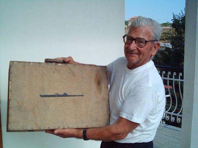 Il sig. Giovanni Vittani, superstite della Nave Roma con la valigetta in legno, costruita alla Base Sommergibili di Taranto, con cui fece il viaggio di ritorno a casa insieme al suo compagno Italo Pizzo. Custodita nel Museo Navale d'Imperia.