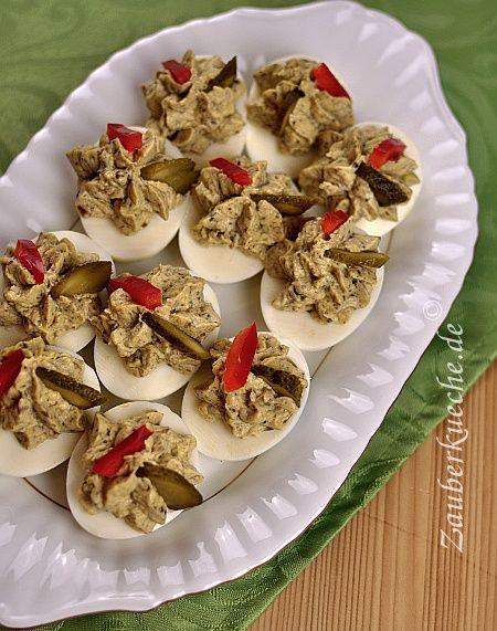 Gekochte Eierhälften werden mit einer Mischung aus Champignons, Käse, Eigelben und Mayonnaise gefüllt.
