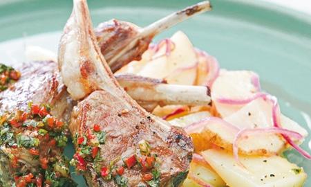 Chuletas de cordero Boyacá con chimichurri y papas en escabeche