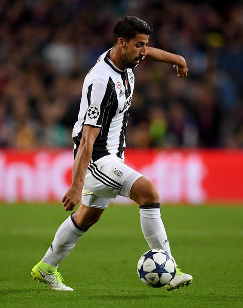 Sami Khedira of Juventus controls the ball during the UEFA Champions League Quarter Final second leg match between FC Barcelona and Juventus at Camp Nou on April 19, 2017 in Barcelona, Catalonia.