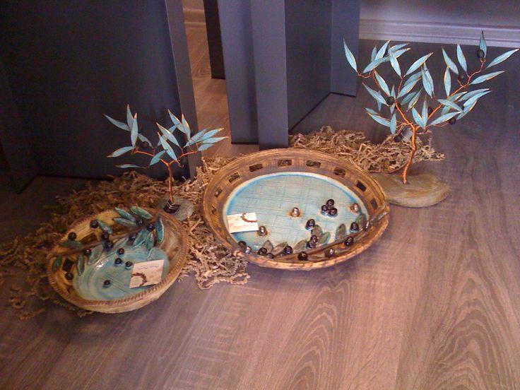 Ευχηθείτε καρποφορία!..με ότι θυμίζει Ελλάδα..όπως η ελιά & το γαλάζιο χρώμα που ομορφαίνει τον χώρο μας! :) #Χειροποίητες #κεραμεικές #πιατέλες σε συνδυασμό χρωμάτων φυσικό μπεζ, καφέ, με πρόσθετη λεπτομέρεια 3d καρπούς ελιάς κ γαλάζιο..ταιριάζουν απόλυτα με #χειροποίητα #μεταλλικά #δεντράκια #ελιάς σε #πέτρα-φυλλαράκια οξείδωση σε ορείχαλκο!