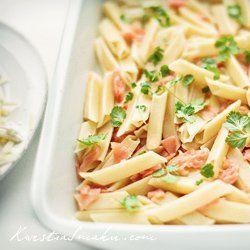 Makaron zapiekany z wędzonym łososiem i mozzarellą | Kwestia Smaku