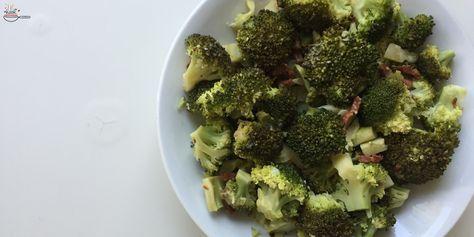 Broccoli met spekjes, knoflook en citroen. En ook nog Parmezaanse kaas. Weer eens wat anders op tafel.