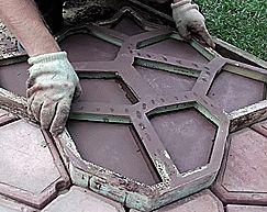 """Форма """"Садовая дорожка"""" Круглые Камни 80*80*6  Декоративные дорожки, атрибут практически любого сада. Сколько есть стилей и разнообразных видов ландшафтного дизайна, столь и есть различных видов дорожек. Материал для мощения и сам внешний вид подбирается под общий дизайн сада или участка, можно экспериментировать выбрав обычную песчаную или травяную, так и строгие из камня."""