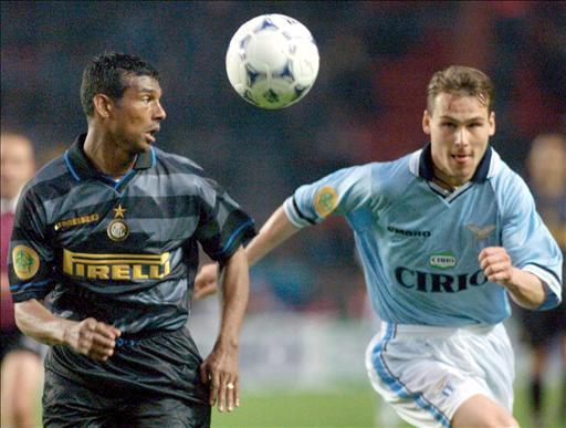 El centrocampista del Inter de Milán Aron Winter (izquierda) pugna por un balón con el jugador del Lazio Pavel Nedved
