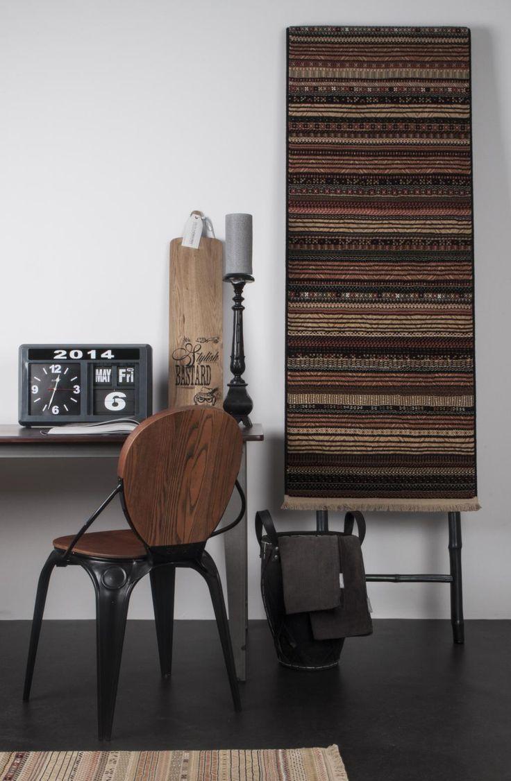 Stoel Louix - Hout - Zwart - Zuiver   De industriële stoel is verkrijgbaar met een wit of zwart frame. De comfortabele essenhouten zitting en het robuuste metalen frame geven de stoel een eigentijdse uitstraling.
