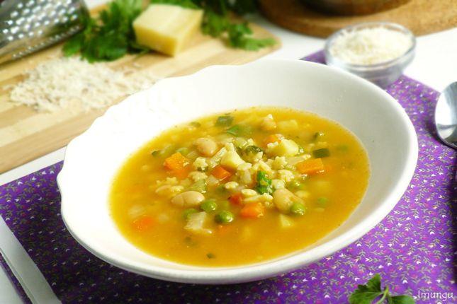 Минестроне - популярный итальянский суп из овощей и пасты. Впервые я попробовала его около года назад в кафе - очень уж аппетитным мне показалось фото в меню. Попробовала и полюбила с первой ложки. И…