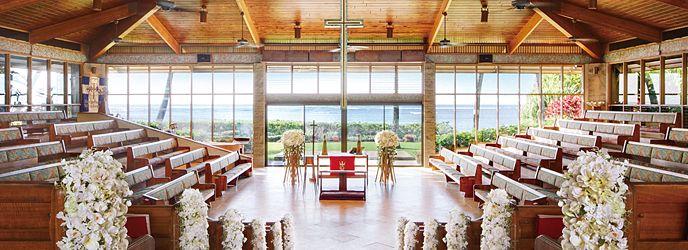 キャルバリー・バイ・ザ・シー教会:階段状のバージンロードの先には大きな十字架と、きらめく青い海と青い空。世界が憧れるフラワーアーティスト、ニコライ・バーグマン氏が、チャペル内のフラワーデザインとオリジナルウエディングブーケを監修する