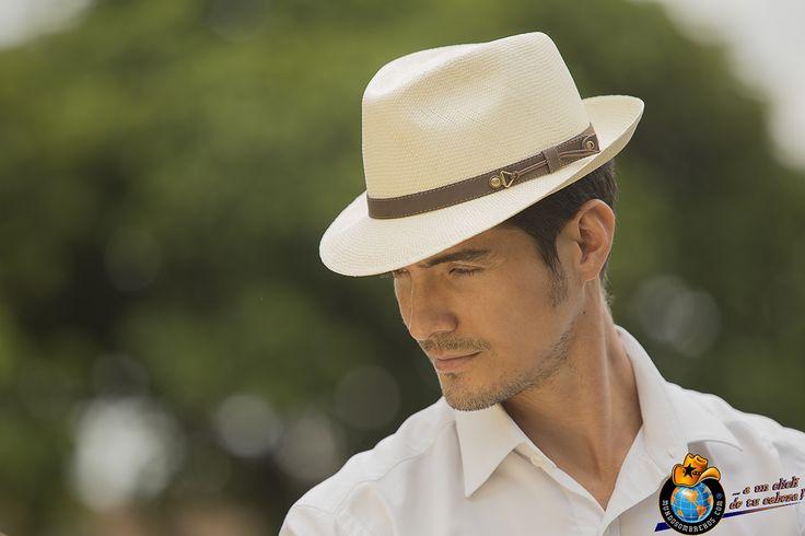 Sombrero 100% Tejido a Mano. Elaborado en Fibra natural conocida como Paja Toquilla. Tipo Fedora. Fácil de vestir en diferentes tipos de ocasión. Ref. Ibiza Brisa Color Natural.