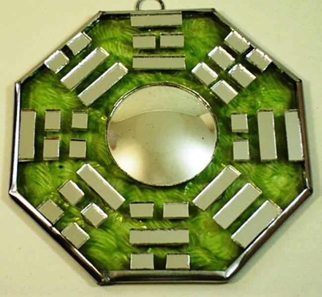 Bágua de Vidro com Espelho Convexo 40315 NT <br> Bágua artesanal de vidro com Espelho Convexo no centro <br> Acompanha folheto explicativo dos 8 lados do baguá <br>Usado no Feng Shui para dar equilíbrio dos lares ,comércios empresas. Figura geométrica de oito lados, cada pessoa representa uma área de harmonização com os quatro elementos da natureza.:Terra,fogo ar,água . <br>Representado por trabalho, sucesso, relacionamentos, criatividade, amigos, espiritualidade, família e prosperidade…