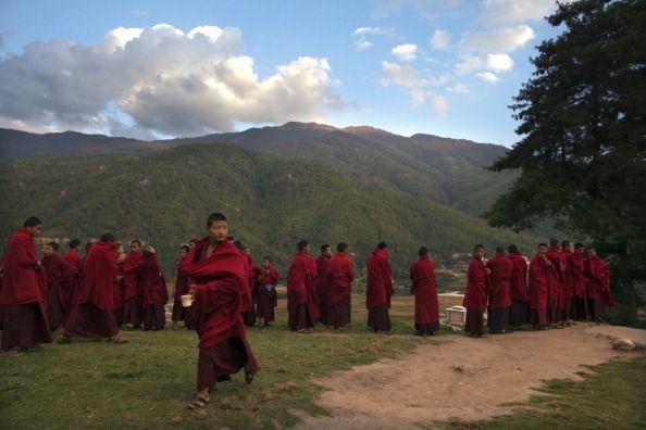 Mniši čekají v řadě na večeři v klášteře v Bhútánu. Ve světě buddhismu lidé uspokojují své potřeby v té nejskromnější míře, a tak neohrožují...