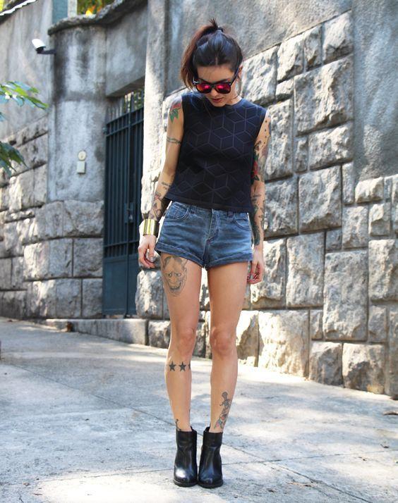 Look para festival, ankle boot preta, shortinho jeans, blusa preta