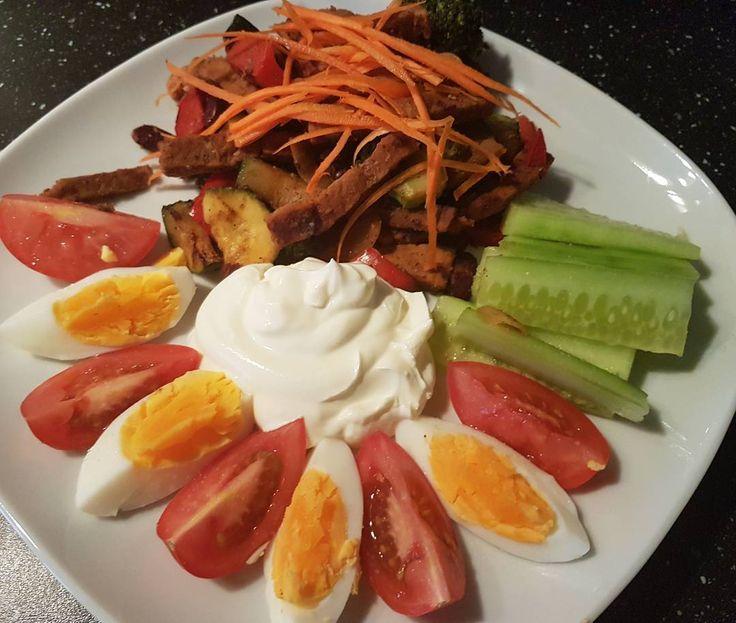 Es ist Futterzeit 😂💪 #zuccini #brokkoli #paprika #rotebohnen #ei #tomate #gurke die #karotten habe ich roh gelassen ich mag das gedatsche nicht so .... Und bisschen Topping ok ok 🙈 So Schluss für heute ich wünsche euch einen Schicken #sonntagabend #ichhabehunger #essen # gemüse #gesundessen #gesund #food #foodporn # saarbrücken #gelsenkirchen #saarland #ruhrpott #heimat #foreveryoung #foreveralone #kiss #abnehmen #mydiet #italy #buongiorno #bellacalabria