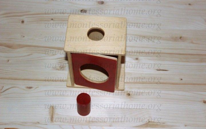 Attività dell'imbucare cilindro Montessori.