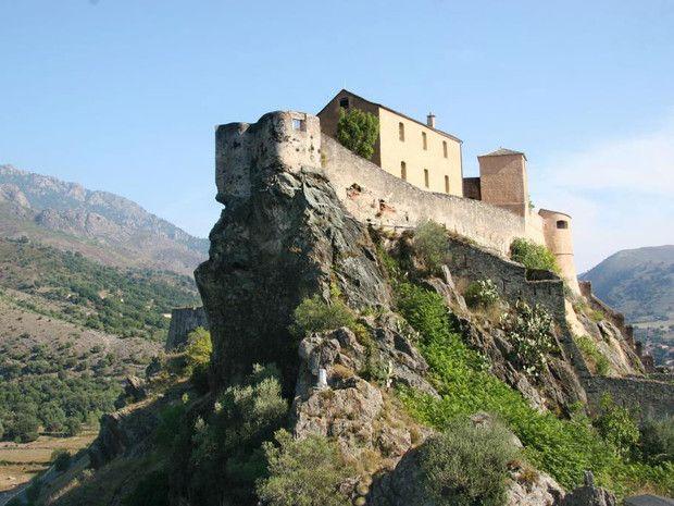 CORSE A mi-chemin entre Ajaccio et Bastia, à l'intérieur des terres, la ville de Corte fut la capitale de la nation corse indépendante du 18e. Dominée par une citadelle dont la construction a commencé au 15e pour défendre les lieux en temps de troubles. Surnom de « nid d'aigle » ! Autour de la ville et de la citadelle : un paysage de montagnes. Corte est une cité où vibre le sentiment de «corsitude» et possède un « musée de la Corse » pour mieux comprendre la culture de la région.