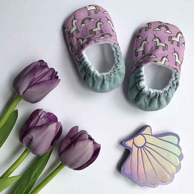 Roll me in fairydust and call me an unicorn!! So Kawaii! Unicorn babyshoes #shell #unicorn #tulips #flatlaybaby #babyshoes #babyslippers #babymoccs
