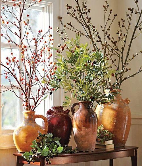Des vases d'argile pour une décoration d'automne avec des branches