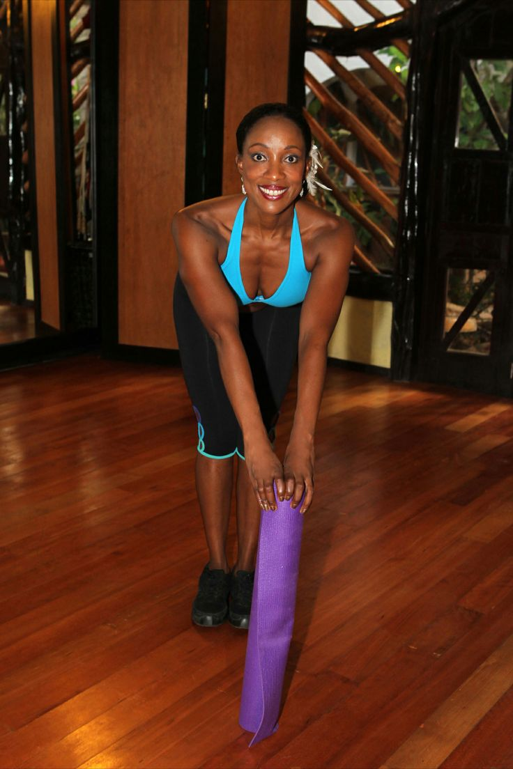 1.Ponte de pie, dobla ligeramente las rodillas, inclínate hacia adelante y coloca la colchoneta de yoga  10cm  delante de tus pies .Toma una posición en semi-cuclillas y con tus pompis empuja hacia atrás, abdominales contraídos y el pecho hacia arriba. No encorvarse hacia adelante!