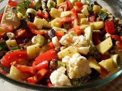 Ingrediente: 3 cartofi, 1 morcov, 1 ardei gras rosu, 3 fire de ceapa verde, un buchetel brocoli, un buchetel de conopida, 2 rosii, 5-6 ciuperci, 2-3 catei de usturoi, 4 lg ulei de masline, boia de ardei iute si dulce, ierburi provance, marar verde, 200 ml suc de rosii 250 ml supa de legume sau …