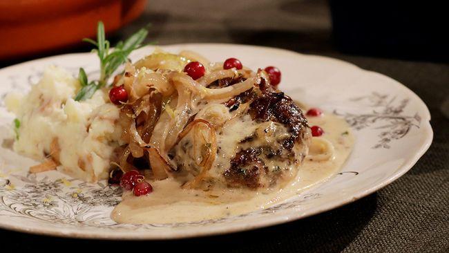 Saftiga älgbiffar med gräddsås och mandelpotatispuré med smörstekta kantareller.