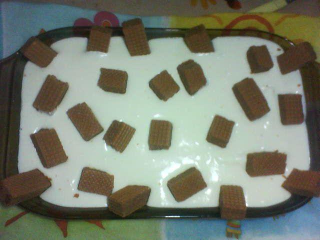 200 g de bolachas de maizena  - 1 pacote de biscoito waffer de brigadeiro  - 1 xícara de leite para umedecer as bolachas rapidamente para não desmanchá-las  - Creme:  - 1 lata de leite condensado  - A mesma medida de leite  - 3 gemas  - 1 colher de sopa de amido de milho (maizena)  - 1/2 colher de chá de essência de baunilha  - Cobertura:  - 1 lata de creme de leite (sem soro)  - 3 claras batidas em neve  - 6 colheres de açúcar  -