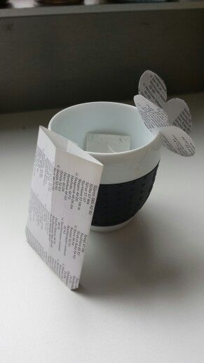 Thee tea paper butterfly naar een voorbeeld. Zo kan het touwtje niet in je kopje zakken .