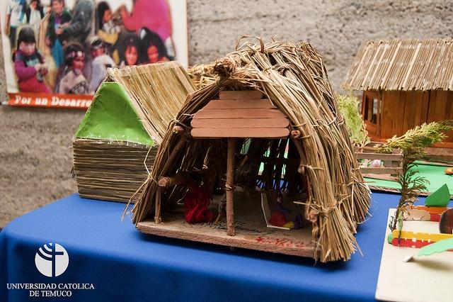 Exposición y lanzamiento de rukas mapuche confeccionadas por niños de escuelas rurales de la comuna de Padre Las Casas by UC Temuco, via Flickr