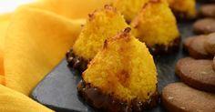 Kokostoppar är enkelt att baka och går hem hos alla! Gör om Roy och smaksätt kokostopparna med saffran och apelsin. Det blir perfekt till glöggfikat!