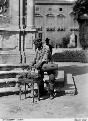 Un acquaiolo palermitano versa l'acqua in un bicchiere, Archivi Alinari-archivio Brogi, Firenze, 1900 ca.