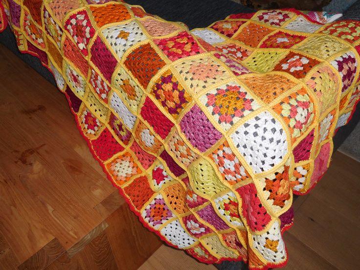 Gehaakte deken in rood/oranje/geel