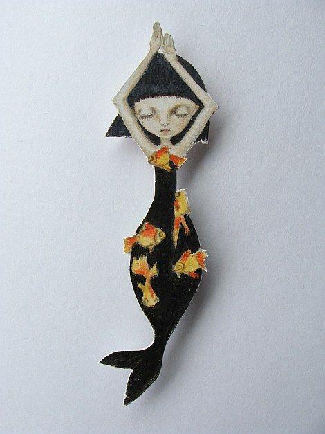Maki Hino  es japonesa y ha encontrado su forma de expresión creando muñecas con conchas marinas y muñecas de papel. Hay un agran delicadeza en sus ilustraciones. Su forma de trabajar (liberando ...