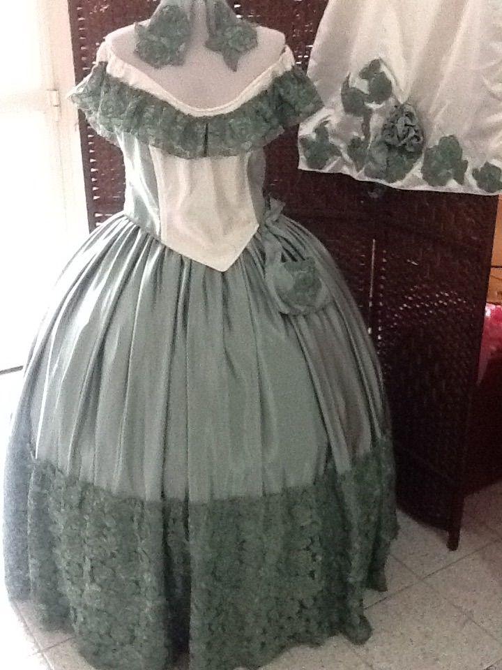 Costume, stola e borsetta , con acconciatura coordinata, in Cady verde salvia, charmeuse pura seta color avorio, nei dettagli del bustino. Volants in pizzo macrame' .