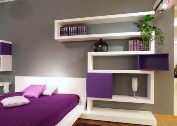 déco chambre adulte grise avec des étagères en blanc