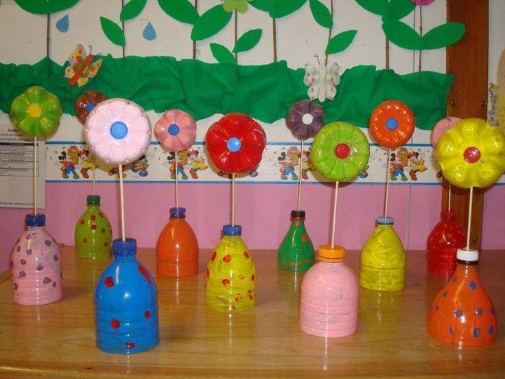 bloemen in beschilderde flessen. Ook leuk met kartonnen bloemen.