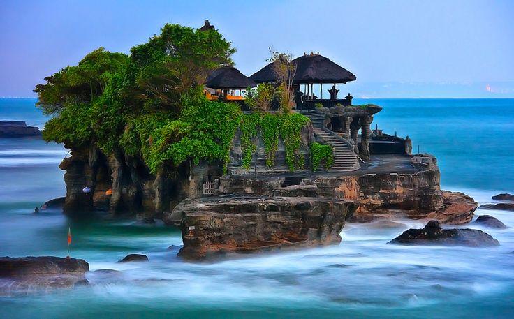 Tanah-Lot: Bali, Indonesia