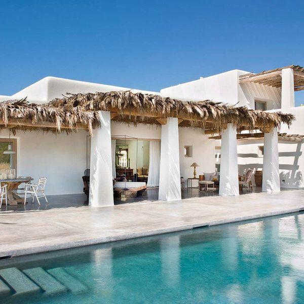 Esta casa muestra con orgullo la ancestral sencillez payesa, enriquecida con unos interiores de cálida y distinguida simplicidad creados por el interiorista y diseñador Toni Espuch, de Azul Tierra....
