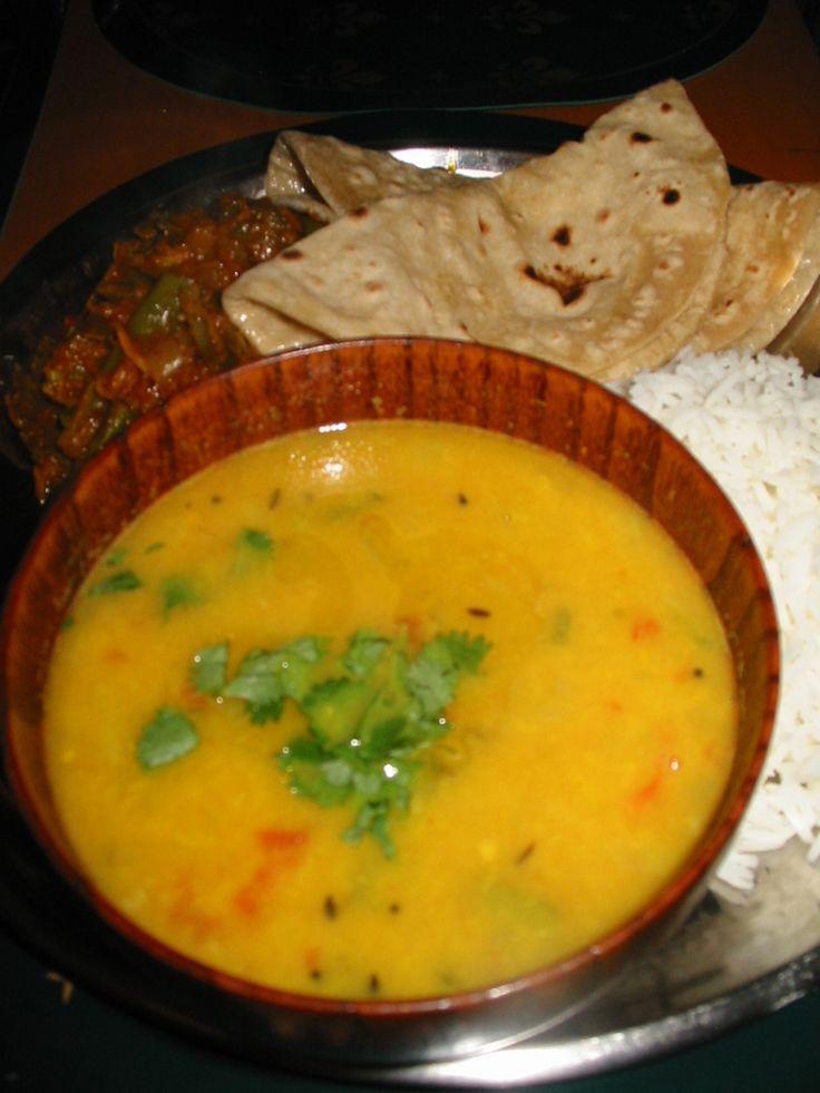 ダール:インドの豆スープ 味噌汁的存在のこのメニュー。豆を変えただけで料理法は略一緒。毎日インドの食卓に載るスープ。家庭毎に作り方千差万別、いわるゆ『お袋の味』です ぐりぃ 材料 (2-4人分) ムング豆(乾燥) 半カップ位 グリーンチリ 2本(みじん切り) 玉ねぎ 中玉1/4個(みじん切り) にんにく 1~2カケ(みじん切り) 生姜 にんにくと同量(みじん切り) ターメリック スプーン1.5 塩 適量 サラントラ 適量 ギー(または無塩バター) 適量 油 大さじ4-5(好み) クミンシード 適量 マスタードシード 適量 トマト 中玉半分 作り方 1 うちらよく使うムング豆の黄色、緑は皮付きタイプ。緑のは消化が早いとかで、病人食としても有名。レンズ豆も良く使います。 2 豆を洗い水+ターメリック+塩で煮ます。写真のように豆が煮崩れれば下煮完了。豆1:水3が我が家好み 3 油を熱々に熱しクミンシード・マスタードシードを焦がす。ここに時々唐辛子を入れたりします♪ 4 グリーンチリ・生姜・ニンニクの順番に入れ黄金色に焦がす。全体に色づいたら玉ねぎを入れ、これまた黄金色に焦がす 5…