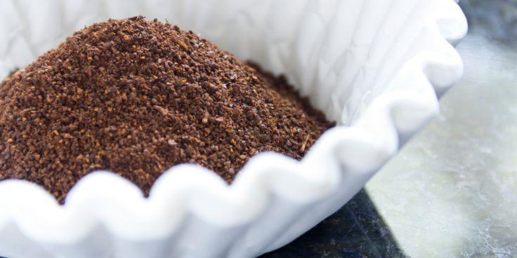 Zo, de eerste bak koffie alweer achter de kiezen? Even voor de volgende keer: gooi de koffieprut niet weg! Dit 'afvalproduct' is namelijk multi-inzetbaar op je schoonmaakdag! Natuurlijke geurdispenser Vieze geuren in de koelkast verdwijnen als sneeuw voor de zon door ongebruikt koffiedik. Plaats een kommetje met vers, ongebruikt koffiedik in de koelkast en laat…