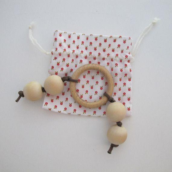 Sur commande ; Hochet en bois, d'inspiration Montessori, composé d'un anneau et de 4 grosses perles Ø 25mm rangé dans un petit