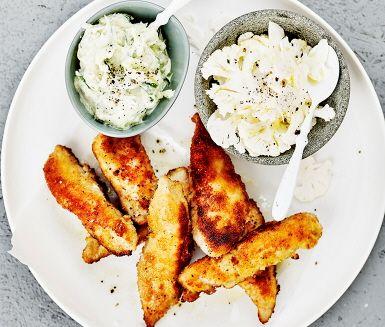 Här är ett smaskigt recept på hemlagade kycklingnuggets. Stora kycklingbitar paneras i mjöl, ägg och ströbröd och steks i stekpanna. Med strimlad gurka, yoghurt och riven vitlök gör du en god tzatziki som tillbehör. Servera dessa läckra kycklingnuggets med ris och en enkel blomkålssallad.