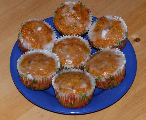 Vynikající dezert!!! Možno péct nejen jako muffiny, ale také třeba v kulaté či hranaté formě jako klasický koláč. Ingredience: 4 ks mrkve 1 malé jablko (není nutné) 1/2 hrnku rozinek 1/2 hrnku ořec…