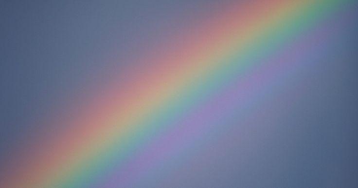 El significado del color índigo. Usado para teñir tela por miles de años, el índigo sigue teniendo un significado en los tiempos modernos. Seleccionado por Sir Isaac Newton para ser parte del espectro del arco iris, he aquí parte de su historia.