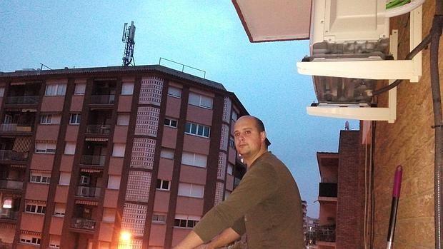 Heribert Llorente vive frente a una antena de telefonía móvil en Cambrils (Tarragona)