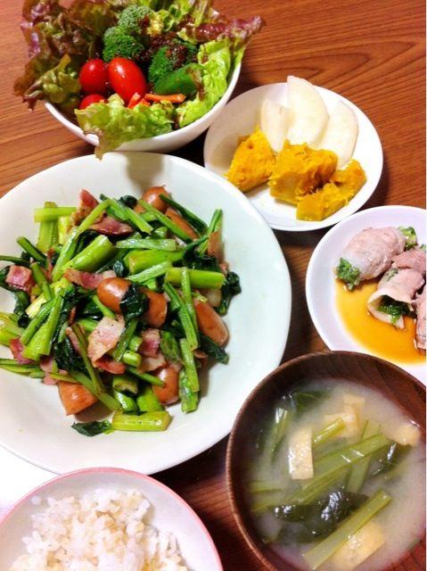 なるべく沢山の野菜を取りたくて作りました。 - 6件のもぐもぐ - ウインナーとベーコンとアスパラと小松菜炒め、水菜の豚肉巻、カボチャの煮物、サラダ他 by satoforza