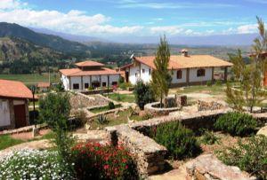 Tuki llajta, hotel construido en la cima de un cerro de Junín.  Tuki llajta es un hotel de campo ubicado en San Jerónimo de Tunán, a 16 kilómetros de Huancayo, en el departamento de Junín. Para todos aquellos que quieren encontrar la paz absoluta, este lugar ofrece cómodos bungalós.