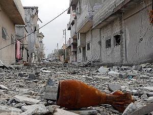 Eine Mörsergranate liegt in Kobane zwischen den Trümmern.