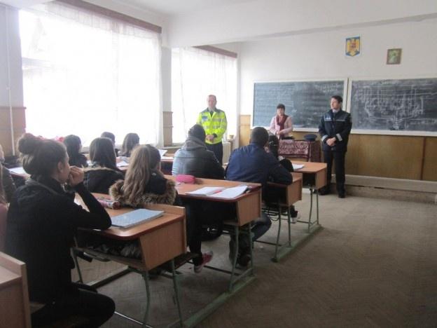 BACĂU: Poliţiştii fac educaţie cu elevii  În mai multe oraşe şi comune din judeţul Bacău a loc întâlniri între poliţişti şi elevi, pe tema prevenirii delincvenţei juvenile.